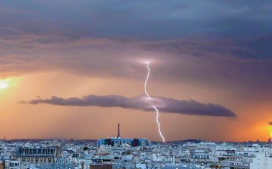 lightning and the city of paris